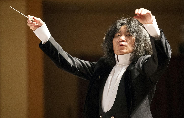 Pang Kapang dirige la Suzhou Chinese Orchestra en un programa de música tradicional china