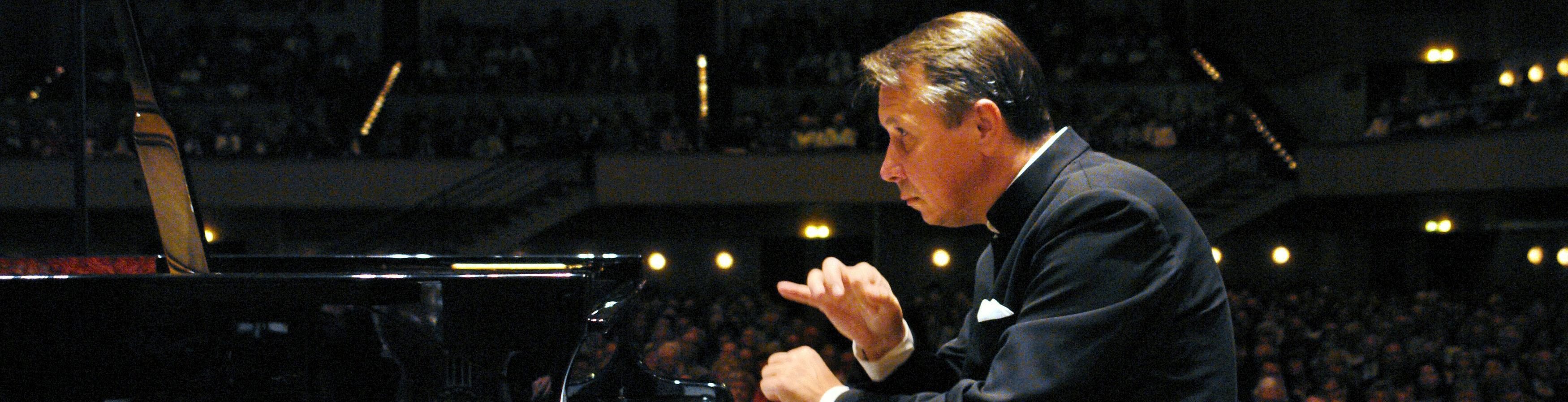 Gábor Takács-Nagy conducts Mozart, Schumann, and Mendelssohn – With Mikhaïl Pletnev