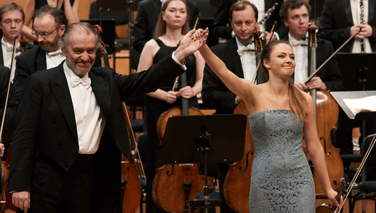 Valery Gergiev dirige le Concerto pour violon n°3 de Mozart – Avec Alexandra Conunova